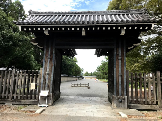 御所東、清和院門前の売店舗